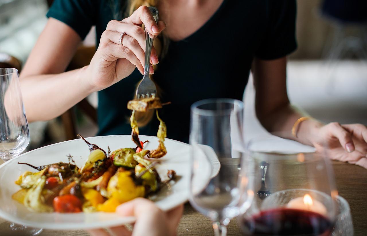 專家表示:「如果想克服宵夜症候群的話,規律的飲食是非常重要的!不要省略早餐,午餐也要確實的攝取碳水化合物,在睡前3到4小時前就簡單的吃個晚餐,要保持這些習慣才行。」