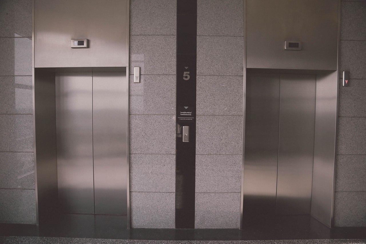 一個韓國媽媽帶嬰兒車搭地鐵,到站後搭電梯到候車處。這位媽媽一向遵守秩序、禮讓老人家,嬰兒車也會靠邊放,讓更多人可以一起搭乘。