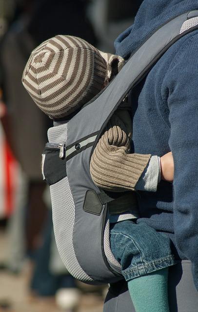 但一進電梯,一名路人伯伯就忽然對她說:「以前的媽媽都是用嬰兒背帶前一個、後一個背著,也不用搭電梯。」心想這名路人伯伯應該只是憶起往事,也禮貌地微笑回應。殊不知路人伯伯提高聲量,更大聲喝斥:「以前的媽媽都是用嬰兒背帶這樣帶大孩子,何時開始要用到這些進口嬰兒車,幹嘛要用叫價80萬、100韓幣的!」