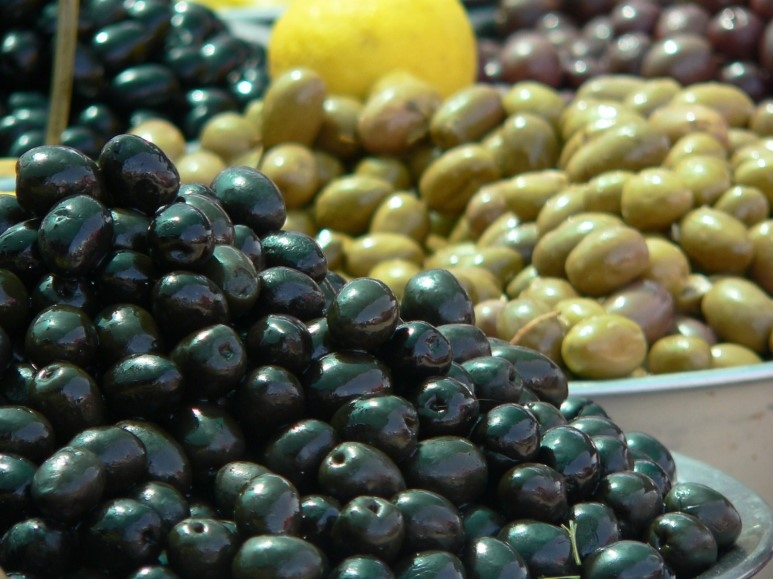 橄欖油在西方有保濕聖品的美譽,不管是直接食用、護膚甚至是護髮,橄欖一直都是西方人愛用的保濕聖品。從橄欖榨取的橄欖油本身就擁有豐富的保濕能力,能夠即時為肌膚補充大量的水分,並使肌膚維持在健康彈性狀態。
