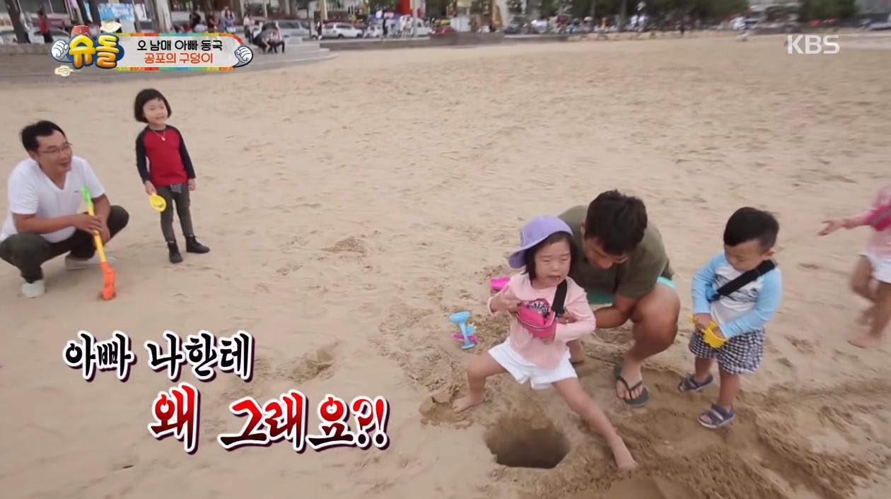 在節目中,李同國總會以開玩笑的方式陪著孩子們玩耍,這支影片中則是帶著大發李時安、雪雅秀雅姊妹一起到海邊