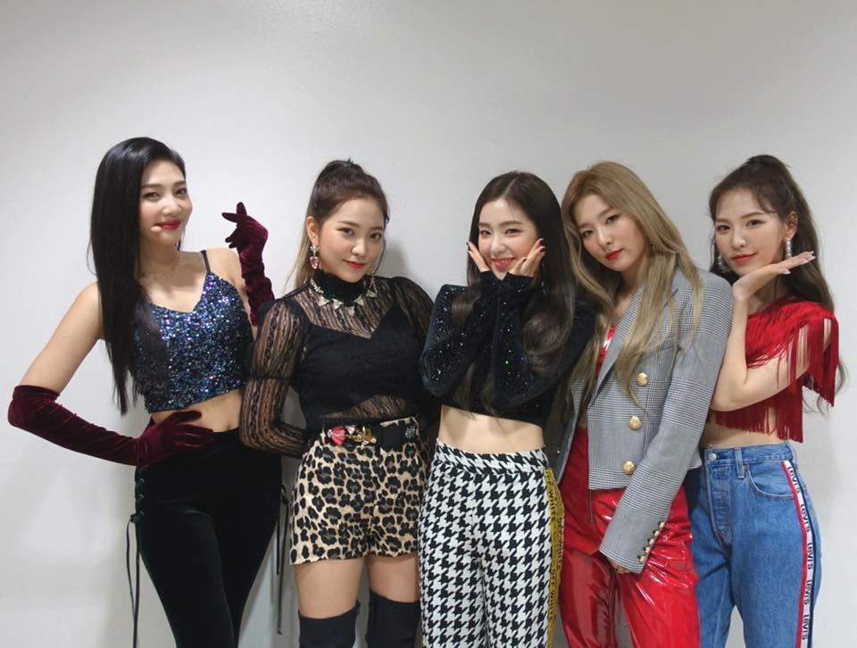 而Red Velvet過去歌曲的重點舞蹈都讓人印象深刻,而且也適合全家大小一起動(?),舞蹈動作的洗腦程度幾乎是只要音樂一下,身體都會不自覺跟著動啦XD 粉絲的腦海裡是不是也默默浮現幾首Red Velvet的歌了呢?