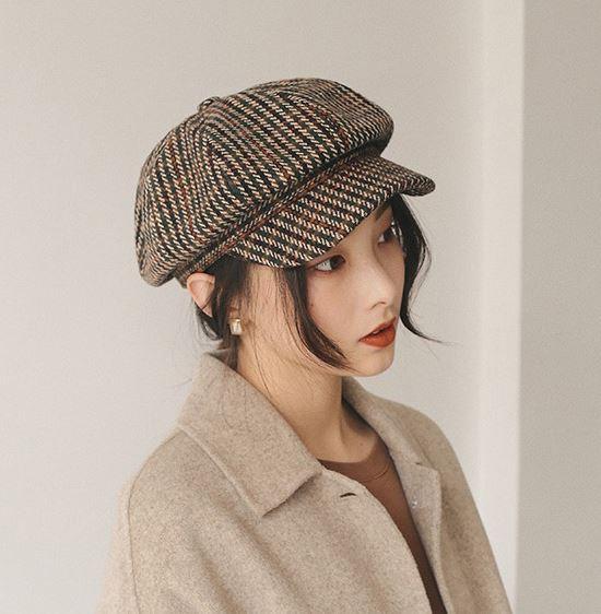 另外,格紋報童帽表示它也想要一個版面(?) 格紋之於秋冬,想必各位穿搭小天才們都知道有多經典吧~若能選到一頂格紋+毛呢布料的報童帽,今冬妳就safe惹^^ 配羊毛大衣也好、針織外套也good,凸顯氣質就靠這頂,介紹完我自己要先去尋覓了XD