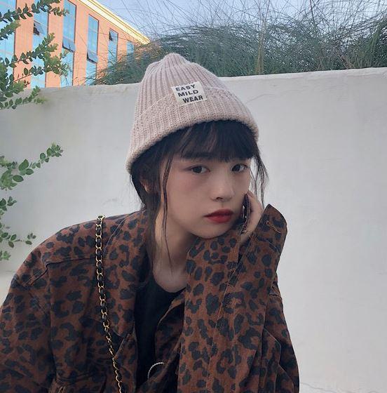 最後來個複習考!除了毛帽之外,我們還能有哪些冬季帽款的選擇呢???沒錯,就是貝蕾帽、棒球帽、漁夫帽和報童帽,材質的部分除了基本布料之外,更推薦加入天鵝絨、燈芯絨、泰迪絨毛和針織的設計。以上,希望大家都能跳脫毛帽的束縛,廣納更多時尚小配件,一起過個頭部不無聊的暖冬吧!