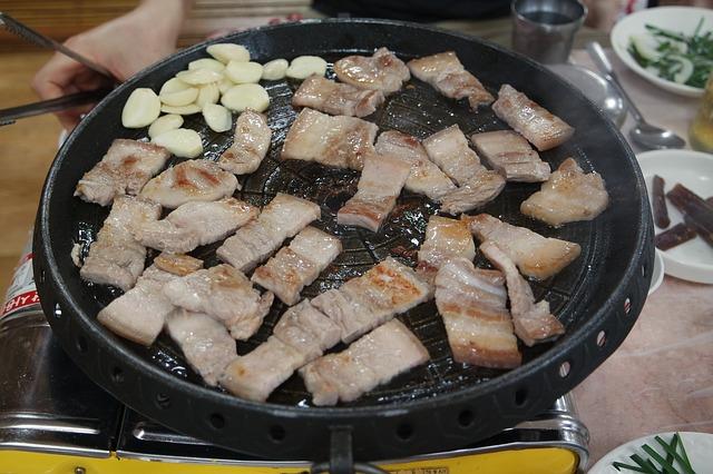 韓國有很多好吃的東西,每次在點餐的時候都會進入選擇障礙的舉手!(我舉)韓國人也常常選不出到底要吃什麼才好~~所以就誕生了「半半餐點」,我超喜歡半半,想吃什麼就都來一點,超貼心!下面來看看哪些食物有半半SET吧!