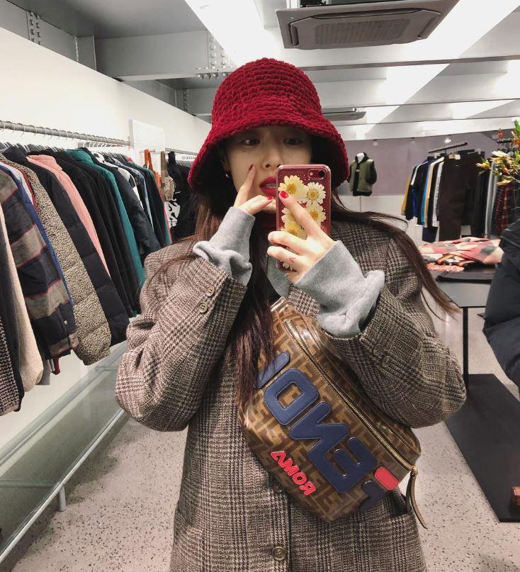 這邊特別請出時尚icon泫雅為大家示範最冬的漁夫帽-針織漁夫帽。這種厚實的針織毛料+漁夫帽全面包覆性的設計,保暖機能根本比毛帽還好啊!但如果妳想問我這頂該去哪買?我只能回答抱歉這是人家媽媽織的(超強!)但坊間也有很多針織漁夫帽的款式設計,尬意的人一定還是找得到啦~