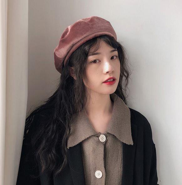 1、貝蕾帽: 前幾年開始流行的七彩貝蕾帽完全就是四季通吃的百搭單品。如果想再多一些冬天的氣息,材質上可以選擇這種天鵝絨款,顏色就依自己平時的穿搭習慣做搭配就可以了~基本上裸粉、黑、駝色會是最百搭的選擇!