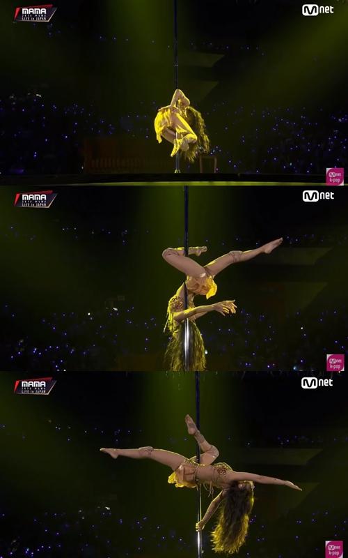 以「BORN TO BE MAMAMOO」為主題展開她們的舞台,首先由頌樂帶來難度超高的鋼管舞表演,沒有經過苦練是無法表現得如此完美,性感的舞台讓大家都印象深刻。