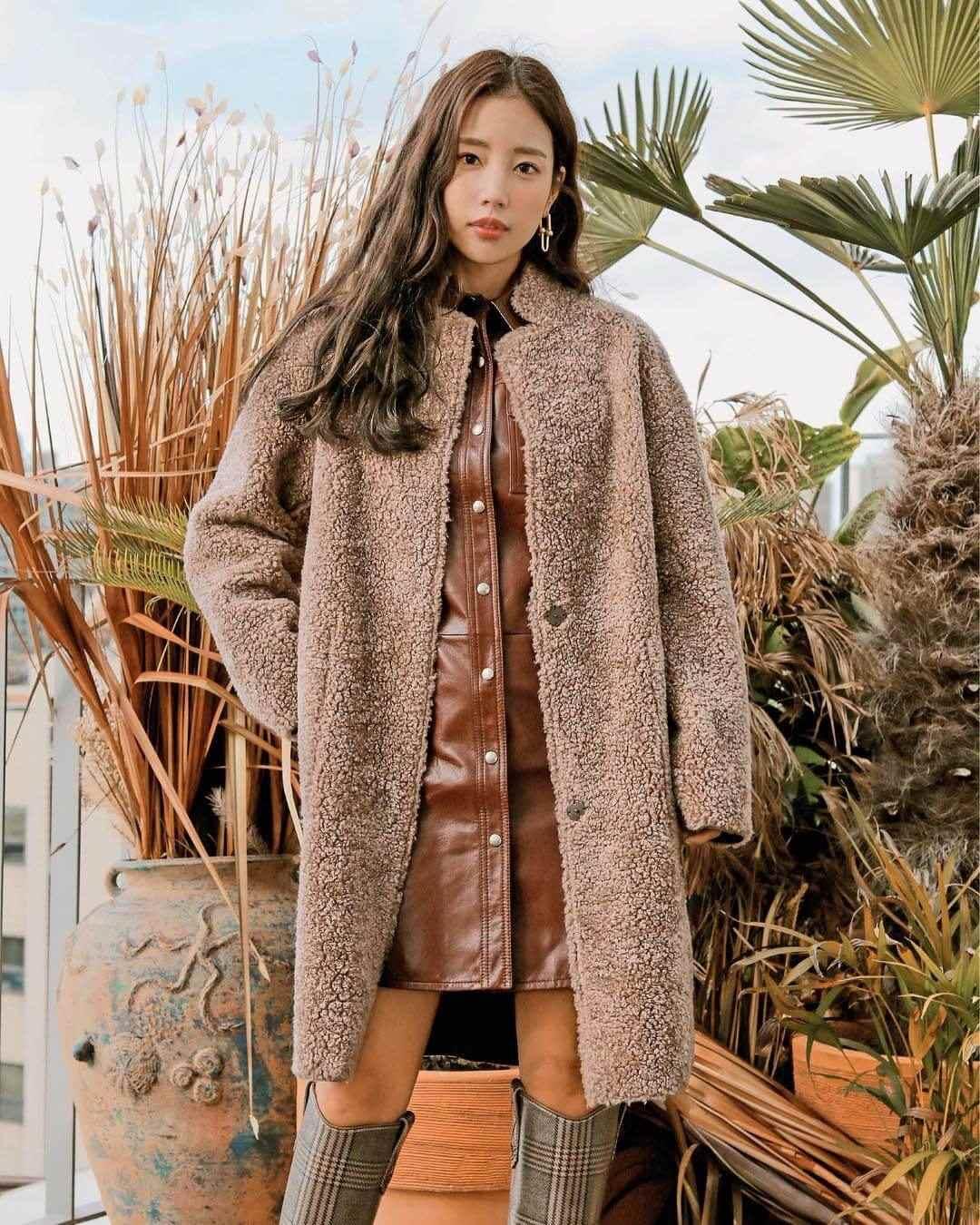 『金恩世:刷毛外套+裙裝』  刷毛外套在市面上有很多不同的剪裁與款式,如連帽外套、縮口外套、內襯、大衣等等。穿著常帶領韓國時尚趨勢的金恩世,選擇既優雅又時髦的長版刷毛大衣。穿搭秘訣有三。第一,選擇經典、觀感高級的咖啡色系。第二,內襯選擇有質感的皮革單品。第三,及膝長靴、極具設計感的大耳環等單品的搭配。 商品資訊:SISLEY 刷毛大衣,韓幣398,000。