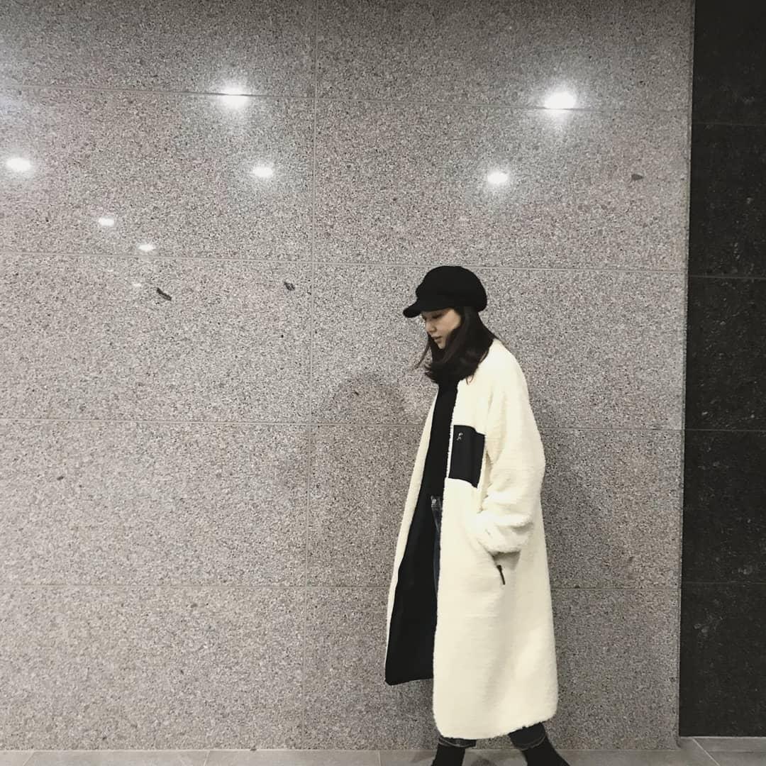 『徐智慧:選擇流行的單品』  去年李孝利在〈孝利家民宿〉曾穿戴過的多項單品在節目播出後都在韓國人氣爆表。其中最亮眼的單品是什麼呢?徐智慧選擇報童帽與丹寧褲代替運動休閒風,展現更新潮的休閒風格。就算在大街上,也能一眼就看到的獨特的存在感。若想更加充分表現淘氣感,樣式簡單的單品會較花俏設計的單品更合適。 商品資訊:HIDEOUT 刷毛外套,韓幣198,000。