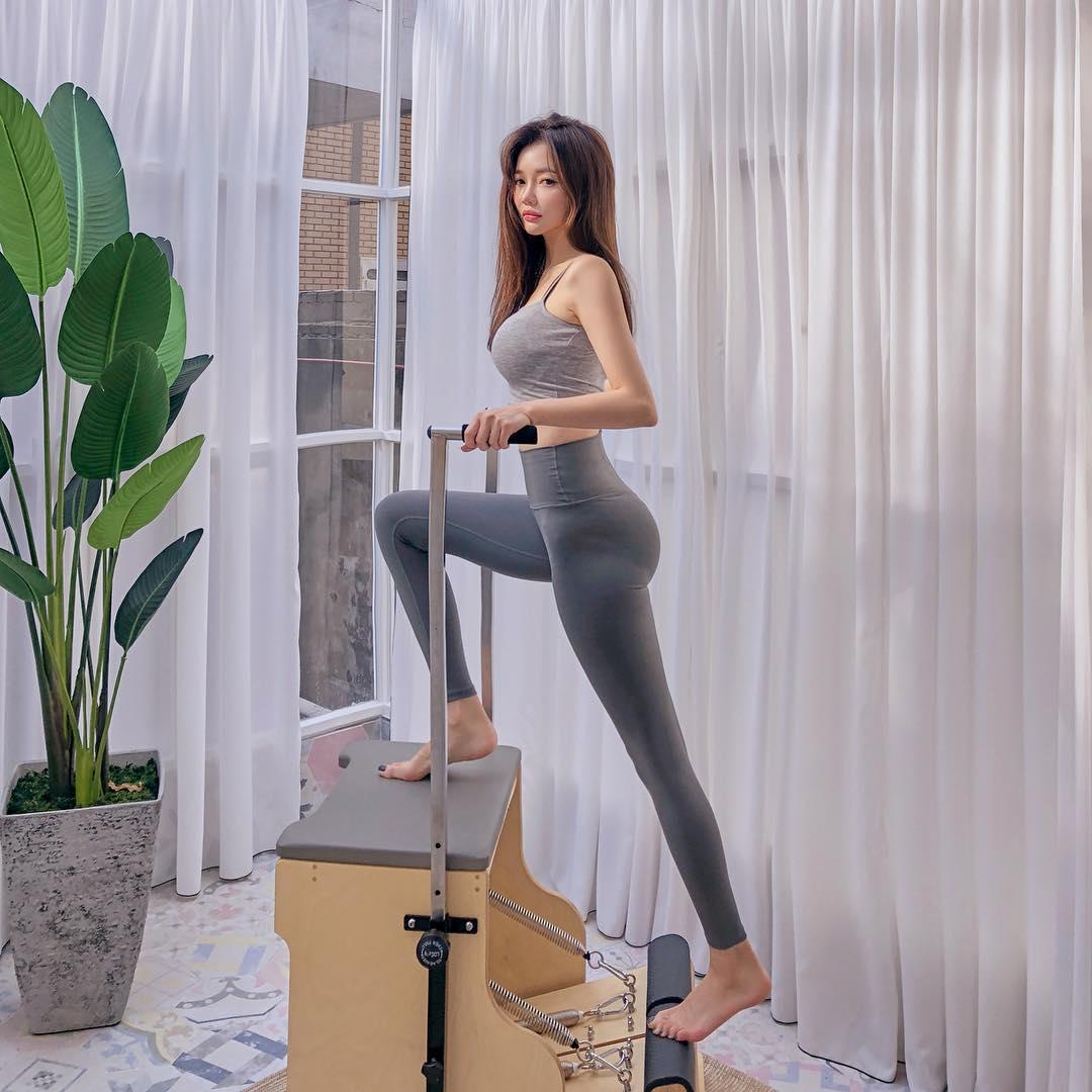 4.運動量要夠: 雖然前面說的按摩與抬腿都是解決水腫好方法,但是每日的基本運動量若是不足,那麼功效也就會不明顯。而其中最推薦的運動會是有氧運動或是瑜珈,前者有助於減肥瘦身燃燒熱量,後者則是鍛鍊線條,當然也可以選擇交叉做呦!