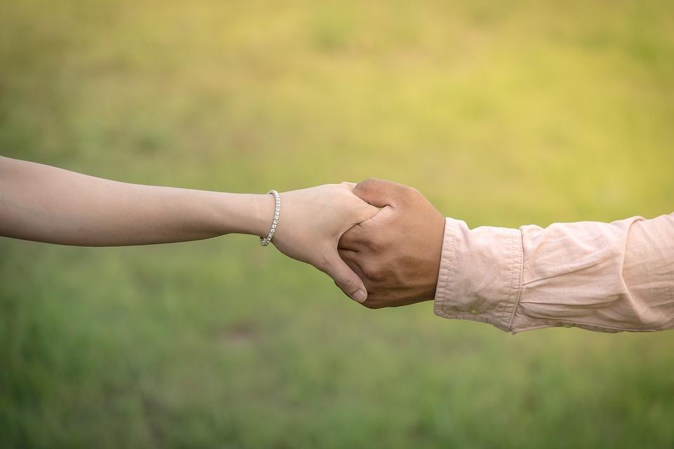 女友對主持人們說:「本來想和男友分手,但是因爲停掉了共同帳戶所以覺得之後應該不會再這樣了而繼續交往。但這樣也可以跟男朋友以結婚為前提下繼續談戀愛嗎?」
