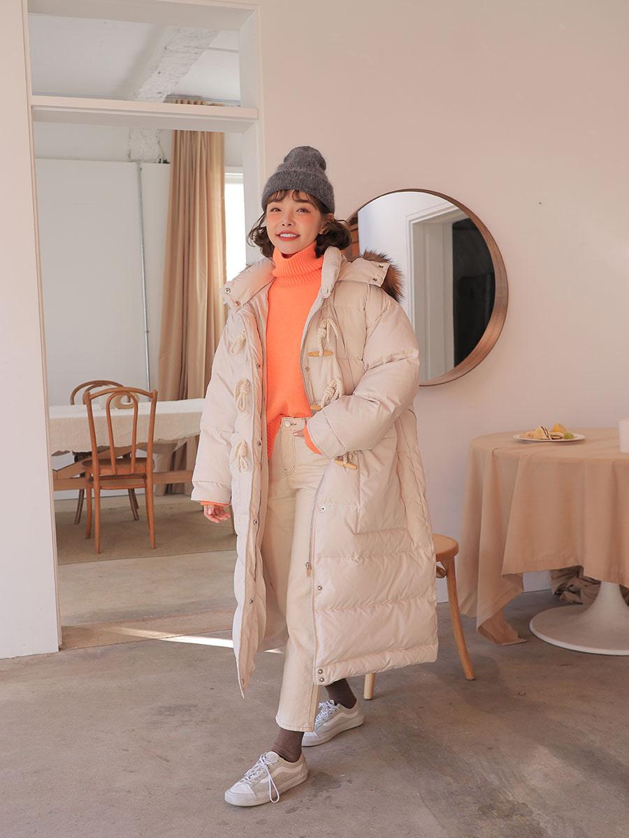 深色系當然較為顯瘦,但白色的蓬鬆感穿起來就是萌!就算圓圓的也很可愛!冬天穿連腳都能保暖到,兼具實用和時尚,是必入手單品!