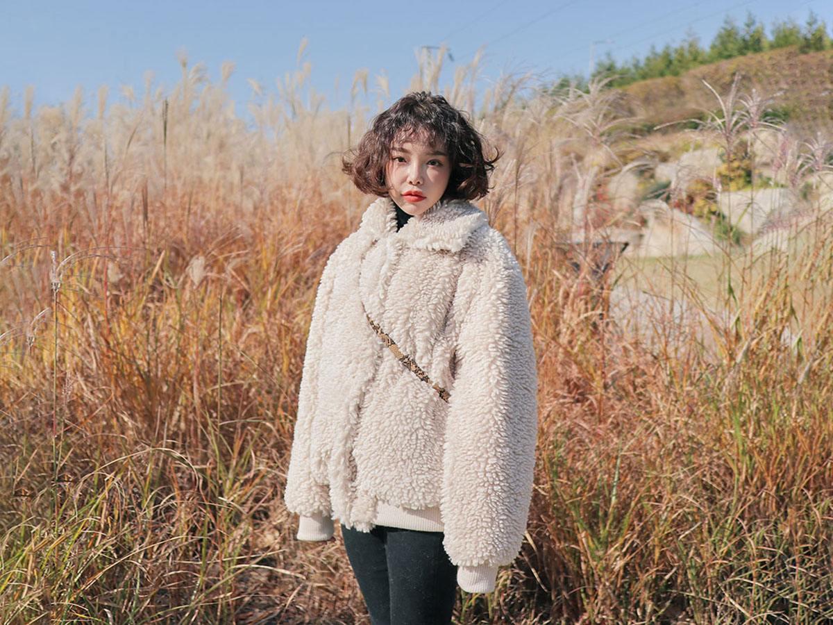 大部分店家的泰迪熊外套會是白色和棕色,但也會有些微的差距,而版型則是有百百種呢!可以挑選適合自己身型或是喜歡的樣式,不論如何,穿上就都超萌的啦!