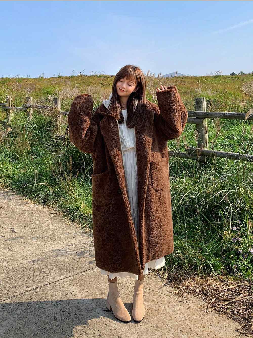 3.泰迪熊外套-最近超夯的泰迪熊毛毛外套!小編追蹤了好多韓妞小姐姐也都人手一件呢!觸感軟綿綿,就像在冬天裹著一條棉被出門一樣,顏色也非常好搭不易出錯,即使是普通的穿搭,套上這件就能夠讓整體變得十分特別呢!