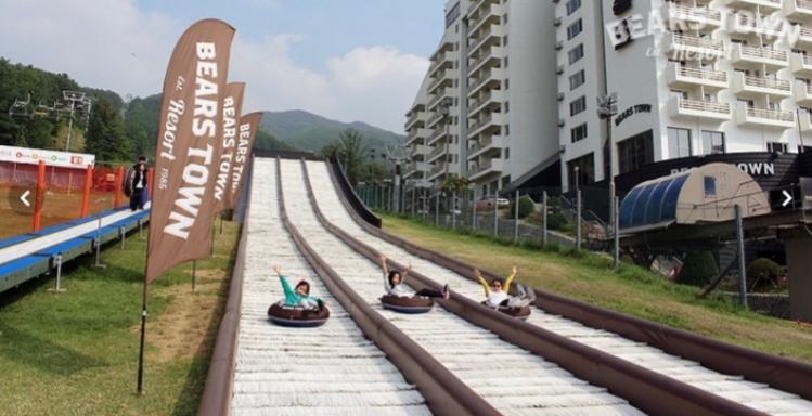 1.베이스타운스키장 地址:경기도 포천시 내촌면 금강로2536번길 27 位於京畿道的熊城鎮以優良的斜坡為特色。它有11個滑雪場,包括2.8公里最長的斜坡。此外,它可以在一小時內透過8部電梯移動1萬5千人,所以不會很擁擠。它也因滑雪板而聞名,該滑雪板由國際滑雪聯合會(FIS)認證。(已於11月24日開放!)