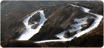 2. 스타힐리조트 스키장 地址:경기도 남양주시 화도읍 먹갓로 96 Starhill Resort度假酒店的滑雪勝地位於京畿道南楊州的春馬山。以首爾市政廳為起點的話,一小時內可以到達。(已於11月25日開放)