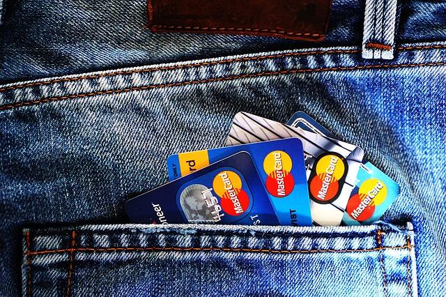 女友:「我們再多辦一張卡,各自拿著吧」 男友:「為什麼,你要做什麼~卡就我自己拿著吧~」 女友:「為什麼?這樣感覺不太方便」 男友:「約會時比起讓女生付款,男生付款看起來不是更好嗎?」 他們決定每月1日時在帳戶中匯入30萬韓元,只有男友有卡。但是女友在辦完共同帳戶後卻吐露了辛苦的心境。