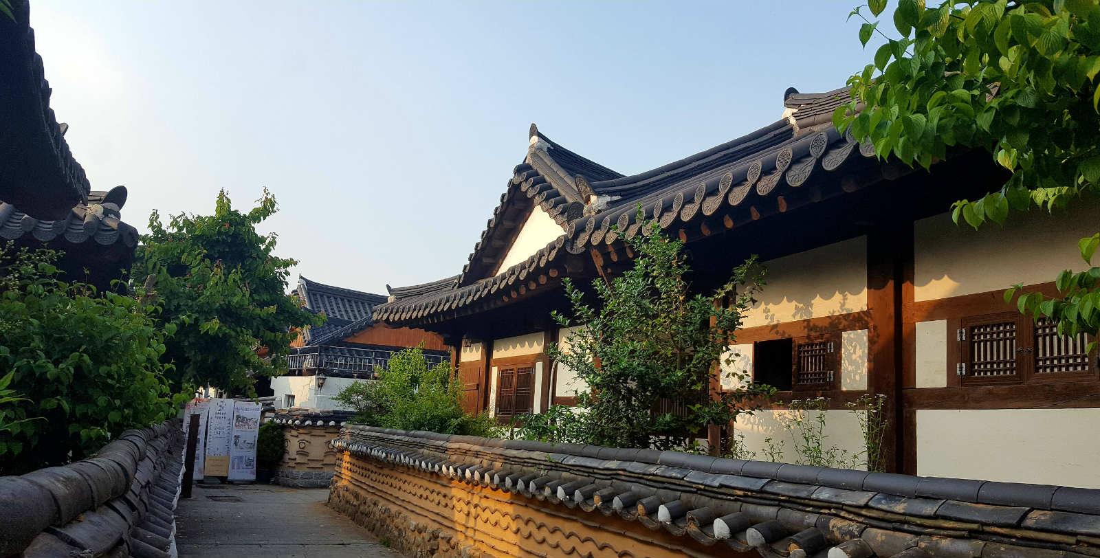 韓國觀光百選指韓國人推薦必去的100個優秀觀光勝地!2年一次,由指定觀光宣傳企業選定。這次是第4次觀光百選,按照地區分別為:首都地區26個,江原地區13個,忠清地區10個,全罗地區14個,慶尚地區28個,濟州地區9個。