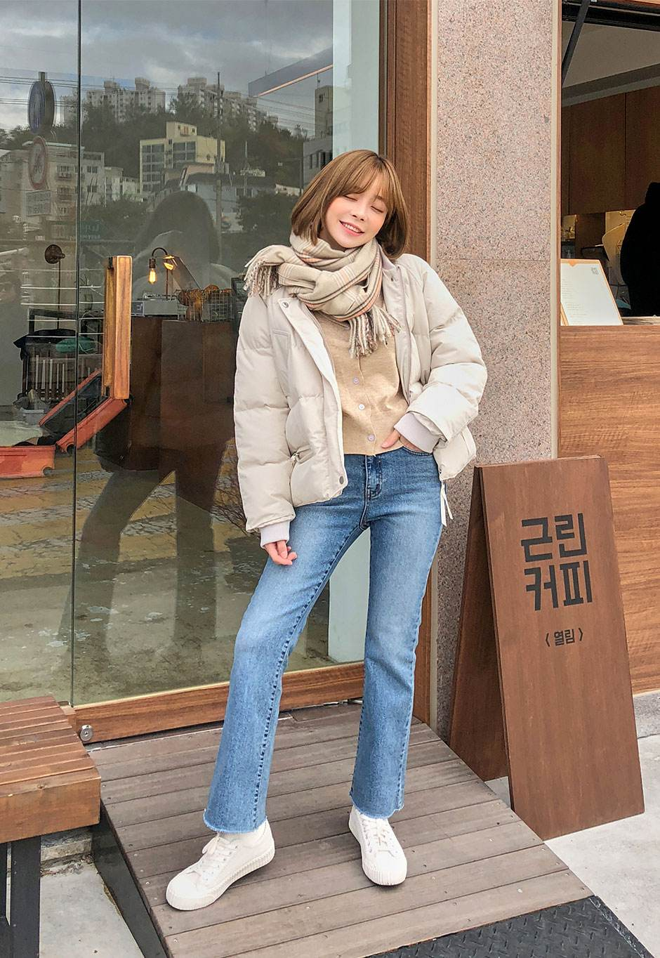 率性款: 這個冬天果然還是像當個帥氣十足的個性女孩?沒問題,只要有一條單色的簡單圍巾就可以達成!打法不同於基本款,只要繞完一圈脖子再打上一個平結就可以完成,是不是超級簡單?也是裡面簡單穿個貼身衣物,套個飛行外套,搭配一雙黑色短靴,率性LOOK就這樣完成啦~