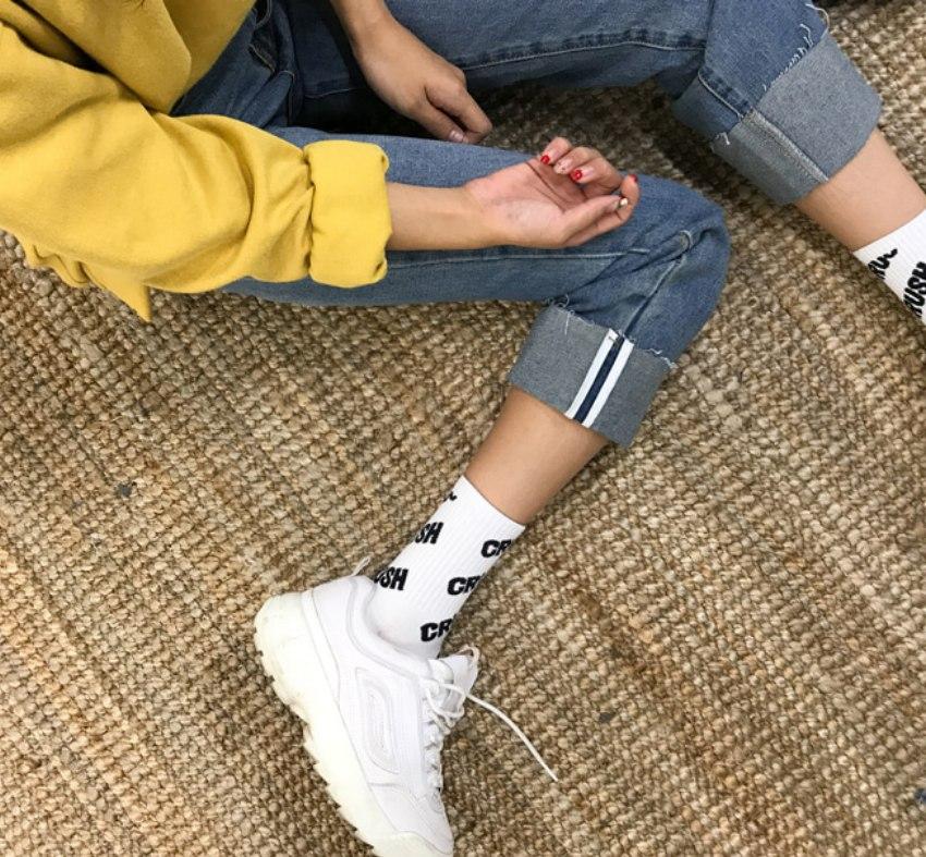 褲管與呼吸份量: 如果穿長褲搭襪子,褲腳一定要短一截,給襪子留出多點空間,由於褲子已經達到了放大的效果,那麼與其在腳踝處積一坨多餘的褲管,不如把褲腿反折,留下最纖細的腳踝,鬆緊之間反而更能達到顯瘦的功效呦!
