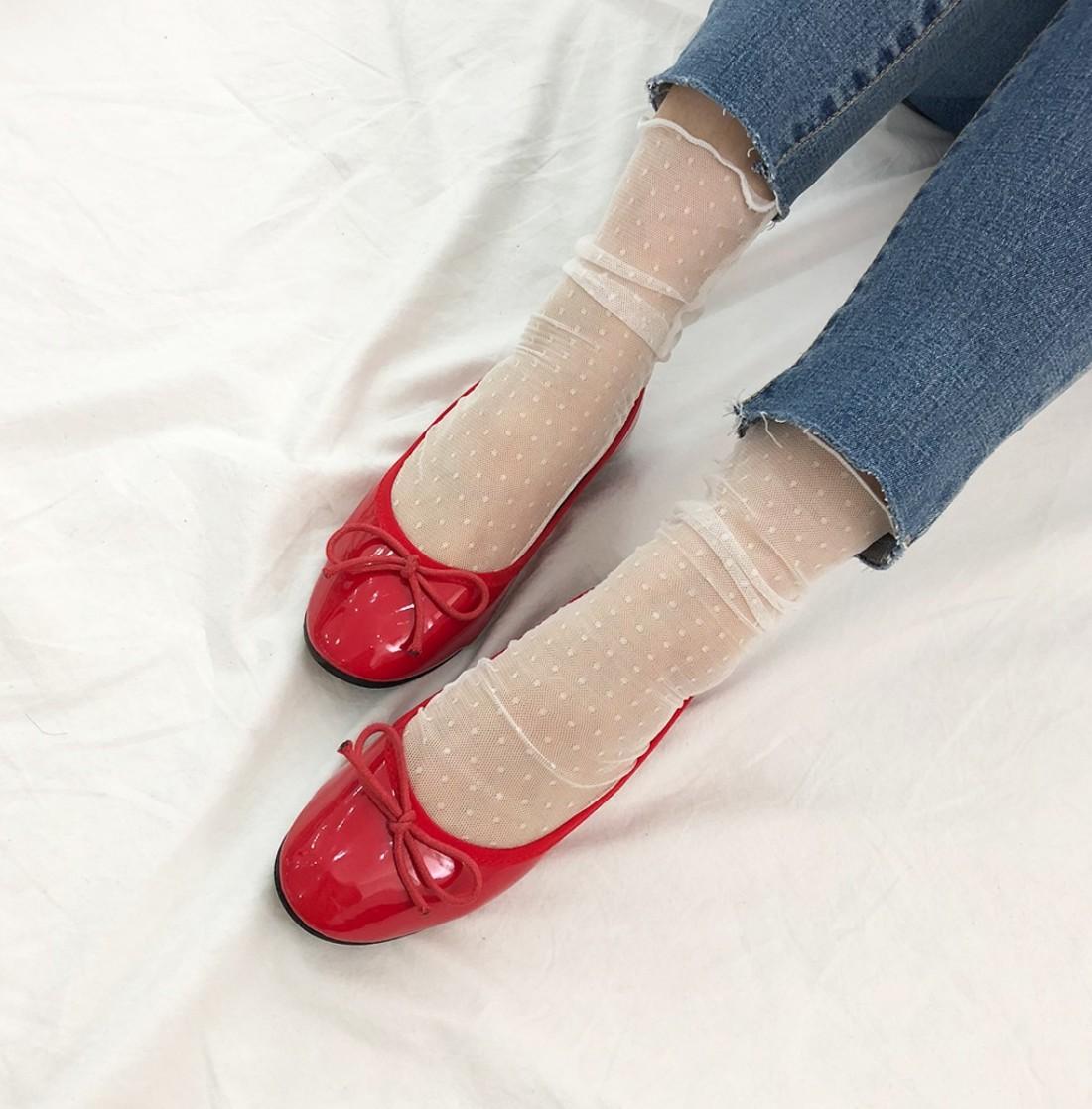 花紋直條紋: 擔心自己的腿看起來不夠纖細嗎?那挑選花色和織紋時就要特別注意了!直條紋或是花樣是以垂直方向發展的圖樣正是你的救星!千萬要避開的地雷就是「粗橫條紋」穿搭有它,想要有顯瘦的腿,連邊都沾不上!