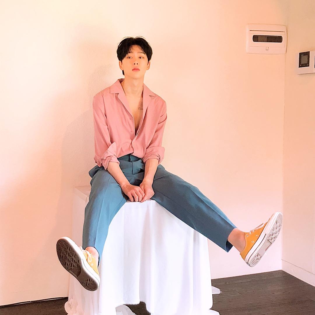 # 權玄彬 模特兒出身的權玄彬果然不管是什麼顏色都能駕馭的很好!就算只是簡單的粉色襯衫也一樣好好看阿ㅠㅠ