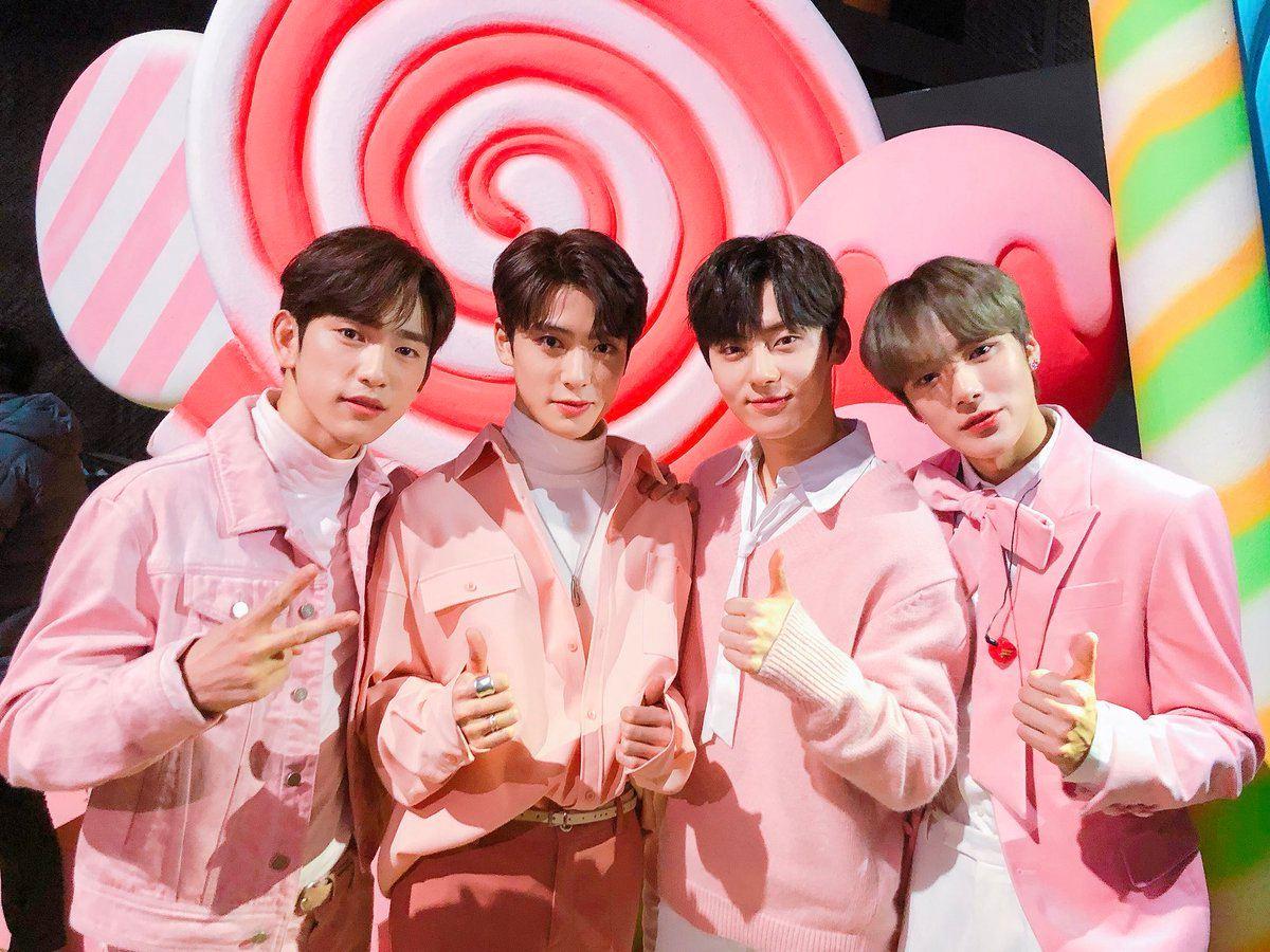 最後當然不能不提到之前在《KBS歌謠盛典》上,由Wanna One 黃旼炫、GOT7 珍榮、MONSTA X 民赫、NCT 在玹所組成的顏值爆表組合囉!相信大家也都認同這四位非常適合粉色服裝吧?