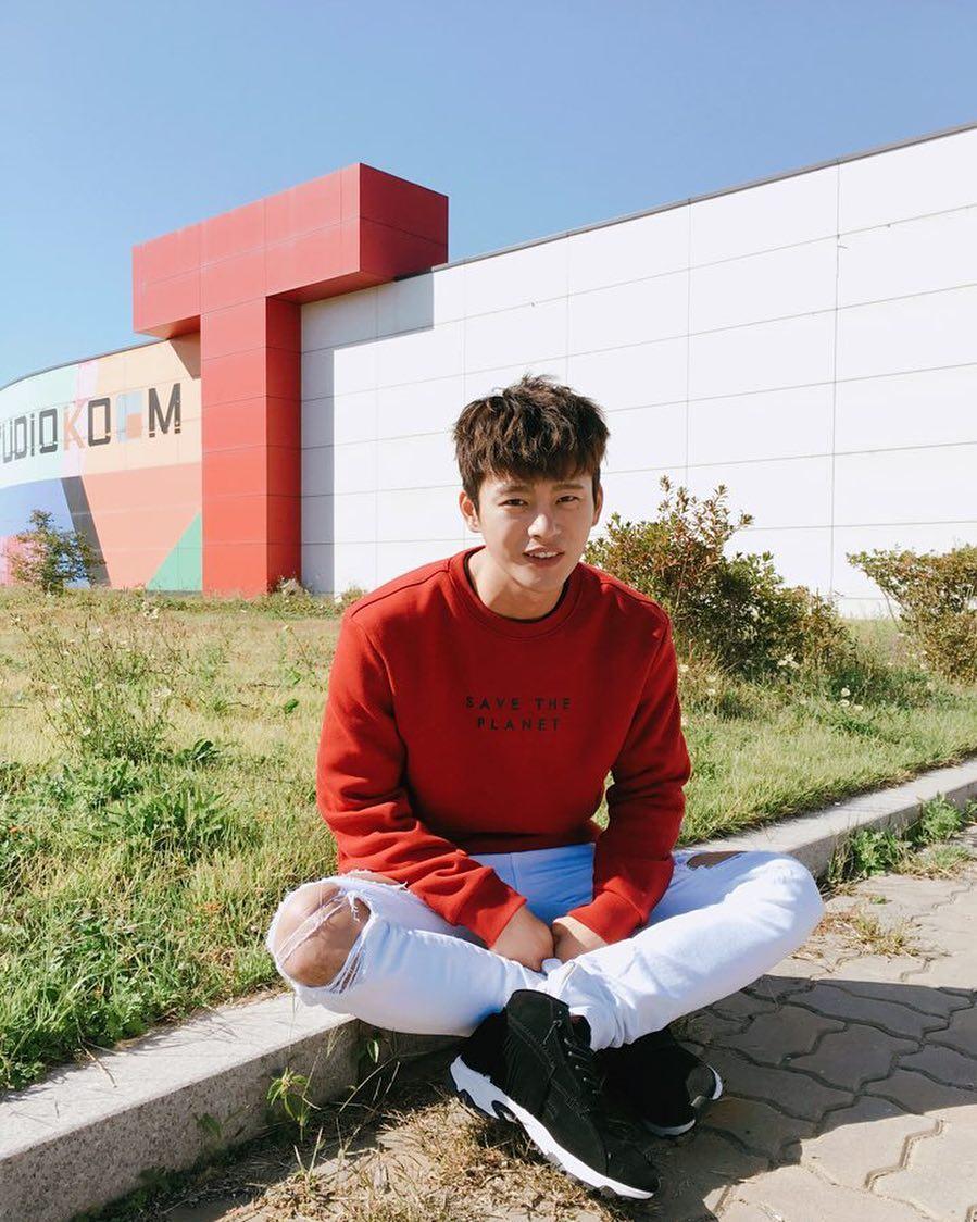 # 徐仁國 徐仁國的媽媽本來是以撿拾廢棄物品來維持生計,他為了以歌手的身分成功,獨自一人來到首爾。接著他在贏得《SUPER STAR K》冠軍之後,將全部的獎金給了媽媽,並為媽媽在蔚山開設了一間咖啡廳。