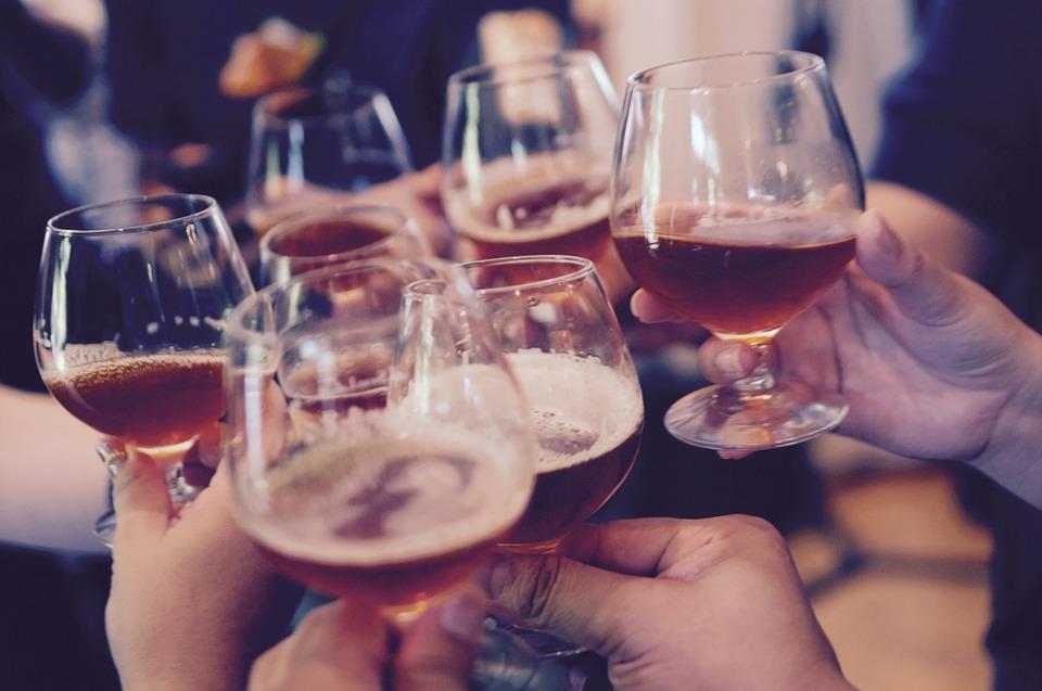長大之後,自然會有一些酒席邀約。不過大家喜歡喝酒嗎?一來一往的喝酒聊天,可以讓原本生疏的關係變得更快親近。不過有些人喝完酒後會展現出和平時不同的一面而讓旁人大吃一驚。