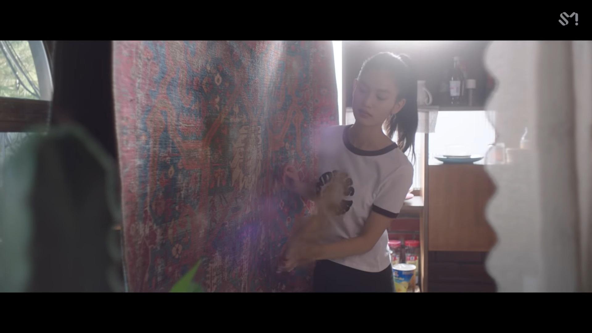 《Carpet》是一首溫暖的抒情曲,歌詞要將要向心愛的人給予安慰,而這一次MV也邀請了日本的模特兒兼演員 Tachibana Eri 出演。