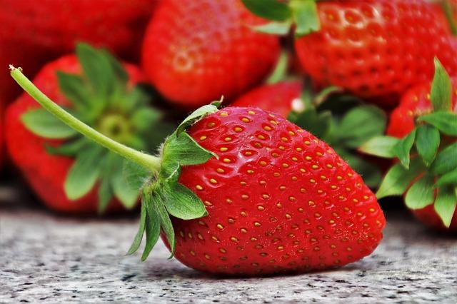 1. 增強免疫力 免疫力低就容易感冒,尤其寒冷的冬天更是容易生病的季節。顏色鮮豔欲滴的草莓原來具有增強免疫力的功效。專家指出顏色鮮豔的水果含茄紅素,除可增強免疫力,亦可強化血管,而草莓就含有大量此成份。