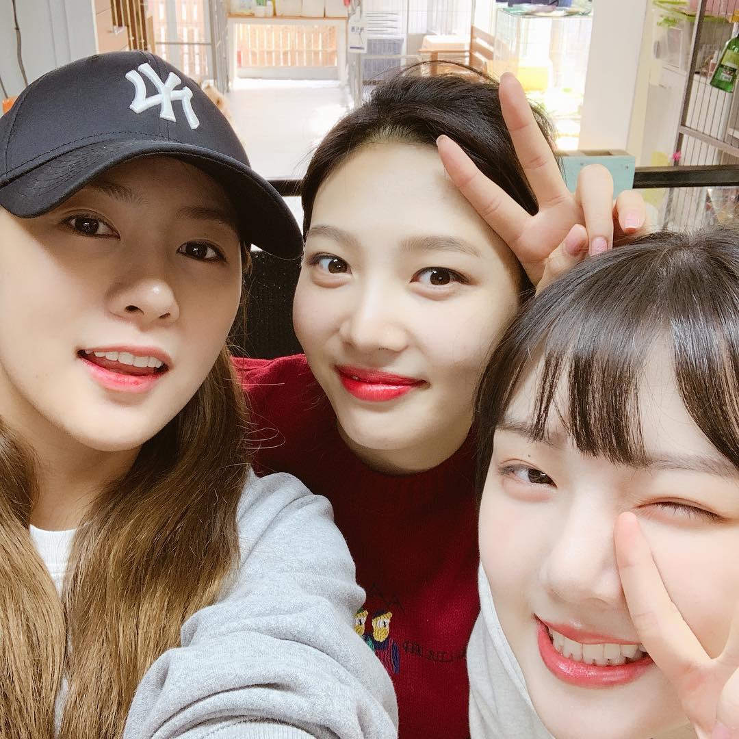 還有由Apink夏榮、GFRIEND睿隣及Red Velvet Joy組成的首爾藝高「96line」,去年12月時三人才剛合體去流浪狗中心做義工服務呢!