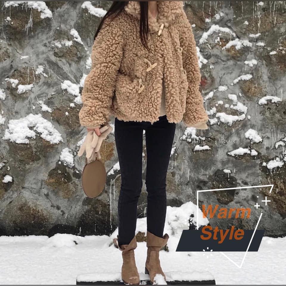摩登少女認為冬季穿搭不需要過多的衣物去搭配,因為太多反而會模糊焦點,利用簡單的單品搭配也能展現出羊羔毛的質感。 這個冬天你絕對不能沒有它!!