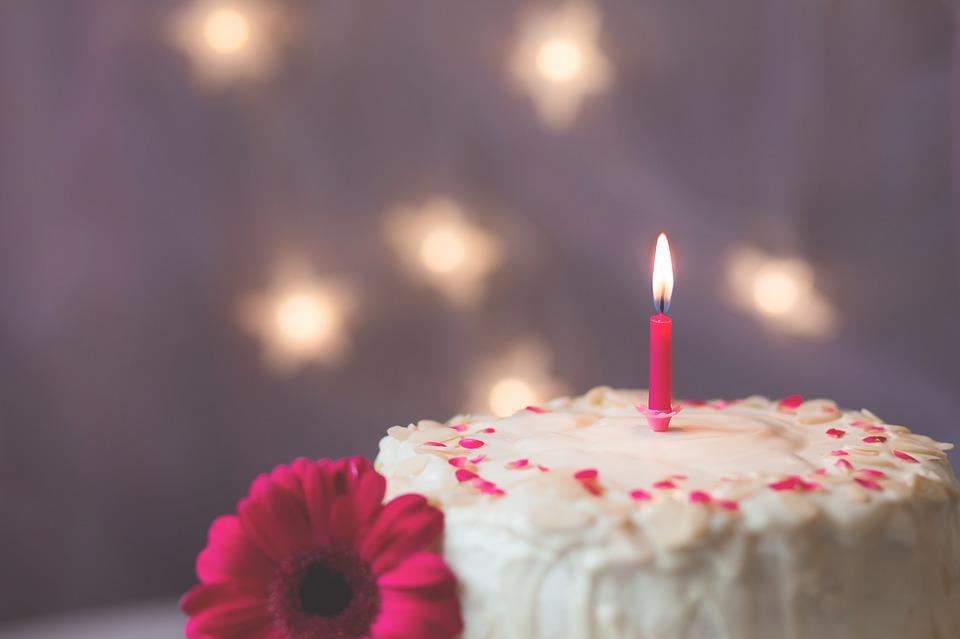 #點蠟燭的理由 13~14世紀的德國,嬰兒的死亡率相當高。 所以慶祝生日的活動相當盛行。父母會在孩子生日時在蛋糕上插上蠟燭,據說也會比起孩子的年齡再多插一根蠟燭,是相信孩子能長久活下去的生命的光火。