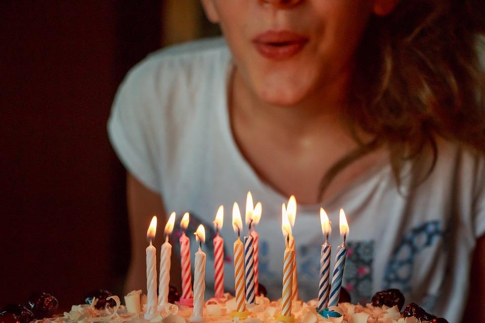 #吹熄蠟燭的理由 我們都習慣把點在生日蛋糕上的蠟燭吹熄,不過為什麼要這樣做勒?每個國家的說法都不同。大多數的說法是,只要把蠟燭吹熄許下的願望就會實現。不過也有人主張,年紀越大、插在蛋糕上的蠟燭也越來越多根,這其實是為了確認身體是否依然健康而做的(看還有沒有力氣一口氣把蠟燭吹完吧?)