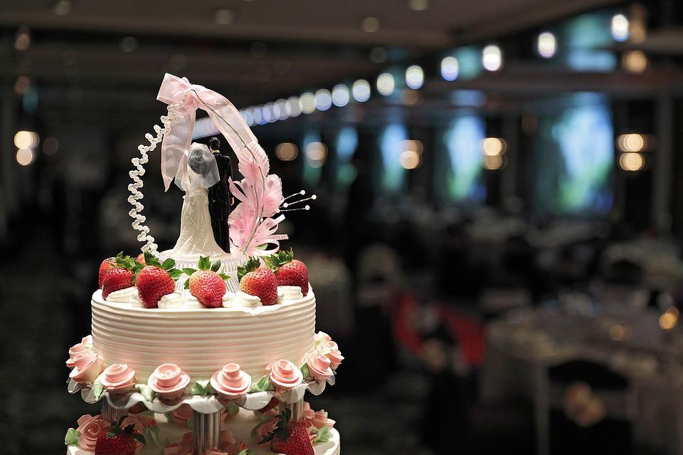 #結婚蛋糕 最初的結婚蛋糕是始於羅馬時代,在當時的祭司階級中,祭司之間的子女們只能互相結婚。據說有包含著互相成為了一家人而有了切蛋糕這個儀式的!