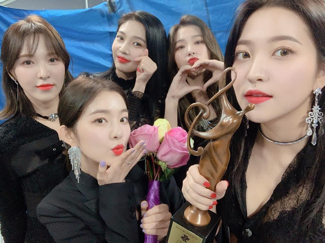 不過,後來卻有眼尖的粉絲發現,在防彈少年團帶來《IDOL》的安可舞台時,Red Velvet成員的台下反應也非常搶奪視線阿!ㅋㅋㅋ