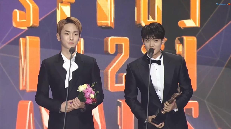 15日舉行的《首爾歌謠大賞》其中粉絲投票選出的人氣獎是由出道超過10年的 SHINee 所獲得,當天由成員 Key、珉豪 出席領獎,這也是SHINee連續三年獲得人氣獎了呢!(包含泰民個人)
