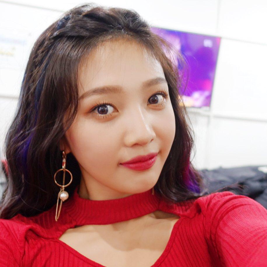 #Red Velvet JOY 同時擁有「清純美」與「性感美」的 Red Velvet 成員 JOY,在 Red Velvet 某次接受節目專訪時曾提問到最喜歡哪個稱號,當時一旁的 Wendy 搶先幫忙回答說「我知道!『Sexy Dynamite!』」連成員都認證了 JOY 的美貌呢!