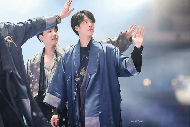 『防彈少年團』  總是圍繞著同一主題做舞台造型的防彈少年團,是近年韓國演藝界中的大勢團體。在歌詞中有關於韓國要素的歌曲〈idol〉表演活動時,他們的韓服造型至今仍讓人印象深刻。