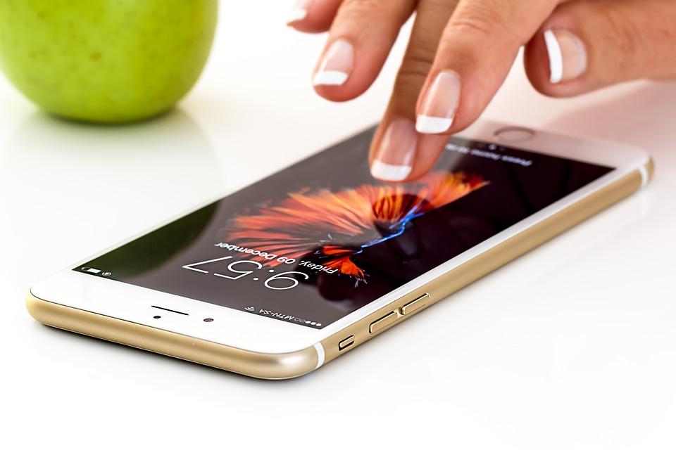大家會告訴另一半自己的手機密碼嗎?15日在YouTube《Life Time》中介紹的故事吸引了很多韓國網友們的討論。某位男性說:「我的女友希望在我的手機上增加她的指紋來解鎖,要不要這樣做呢?」