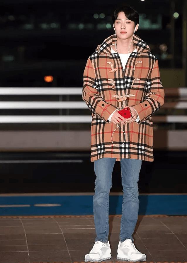 『賴冠霖的經典棋盤格紋大衣』  韓國稱作「辣年糕大衣」的排釦大衣,已不再只是學生穿在校服外的大衣了。賴冠霖所穿的BURBERRY經典棋盤格排釦大衣證明了這一點。他選擇簡單的白色上衣+丹寧褲,完美的展現了女生心目中的男友裝。鞋子的部分也聰明的選擇了全白,非常適合棋盤格紋大衣。 PICK ITEM:BURBERRY 經典棋盤格排釦大衣。