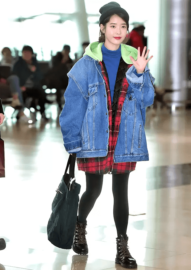 『IU的多層次丹寧夾克』  隨然單寧外套給人簡單俐落的印象,但IU的多層次丹寧穿搭卻與大眾不同,結合了絨毛、羊毛衫、長版夾克等適合冬天上衣單品,甚至還顧及絎縫的細節,使她的單寧穿搭與眾不同。若加上毛帽、靴子等搖滾風格的單品,會有更輕快、休閒的觀感。 PICK ITEM:BALENCIAGA 多層次單寧外套。