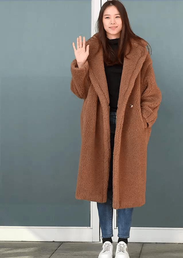 『趙胤熙的泰迪熊大衣』  泰迪熊大衣今年在韓國可以說是最熱門的冬天單品之一。任何一家賣場都能看到各式各樣的顏色與款式。泰迪熊大衣的特色在於,它所展現的觀感會隨著內襯的衣服而改變。其中T-shirt或是針織衫,搭配牛仔褲是最簡單,同時也能展現隨性風格的穿搭。 PICK ITEM: MAX MARA 泰迪熊大衣。
