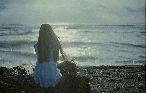 女生在男友走了之後,馬上打了通電話告訴男友:「我會等你,一定要回來,我們一起努力!」男友也叫女生相信他,會努力的!所以女生就帶著希望,等了一個禮拜。但在等待的過程,女生開始動搖,對男友說需要時間的話也思考了一下,也想起之前常常因為一些小事吵架。