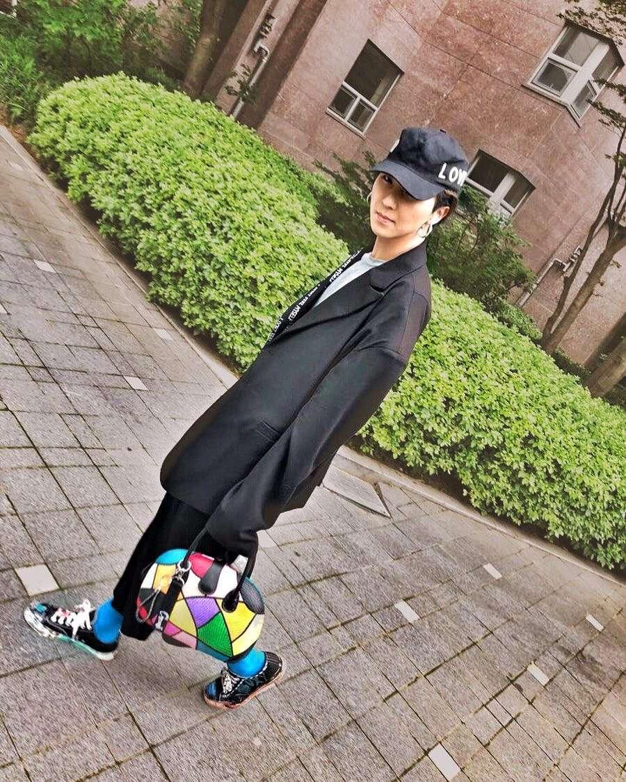 溫拿的黑泡少年宋畫伯宋mino,其實平常穿搭是非常多元、真的很藝術家了,像是偷穿爸爸外套的oversize是不可或缺的,把很正式的黑色西裝外套融合了不同的休閒單品,在包包與鞋襪上做出明亮色彩的精心point,整體就變成了個人獨特的風格!