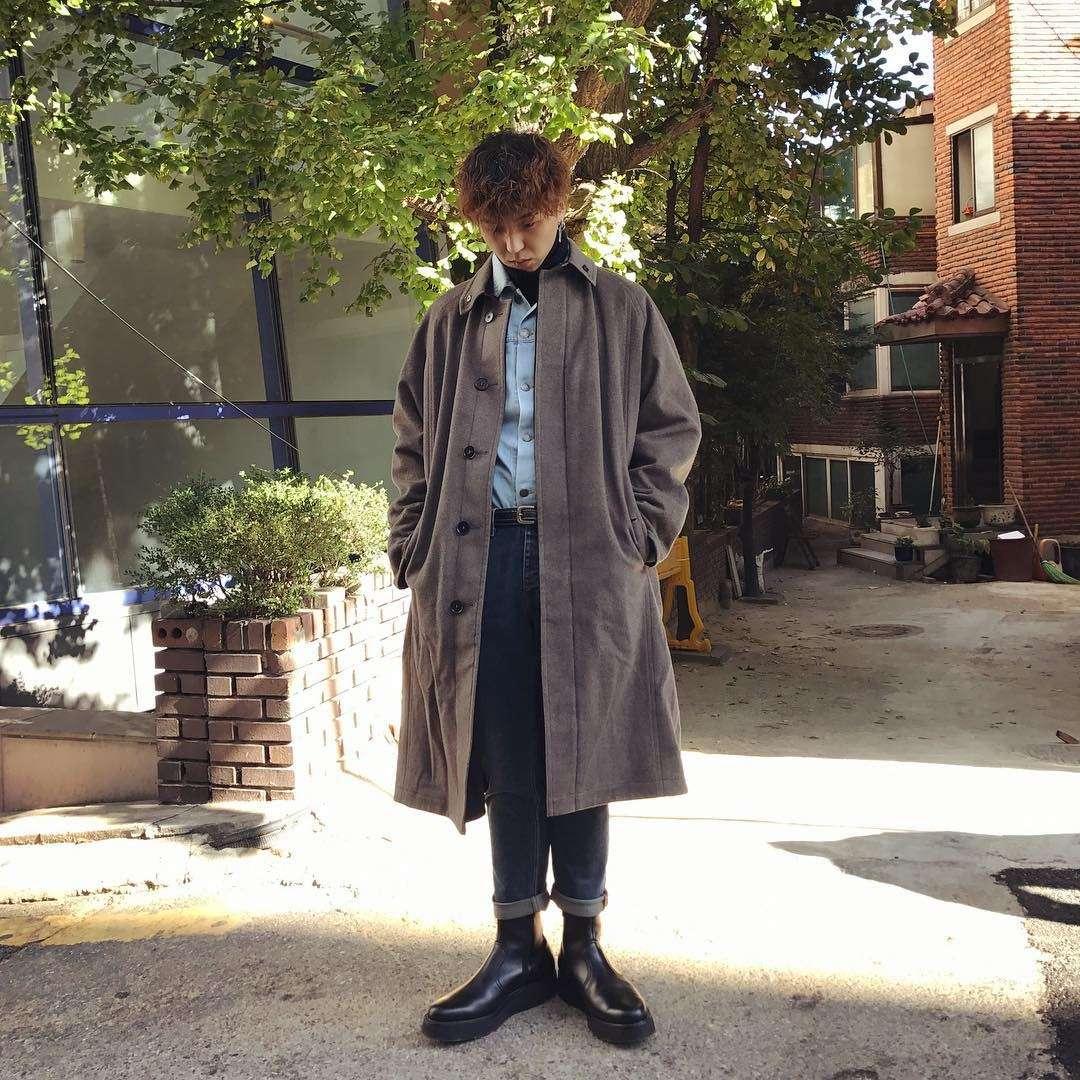 mino搭配靴子、軍靴都是很帥氣的單品,這樣可是一點都不村傻!上身的高領內搭x襯衫x單排扣翻領外套是很精心的穿搭,要穿出層次感可以選擇較薄的素色高領內搭,以襯衫為亮點,紮進褲子裡,是痞帥痞帥小哥哥沒有錯了!