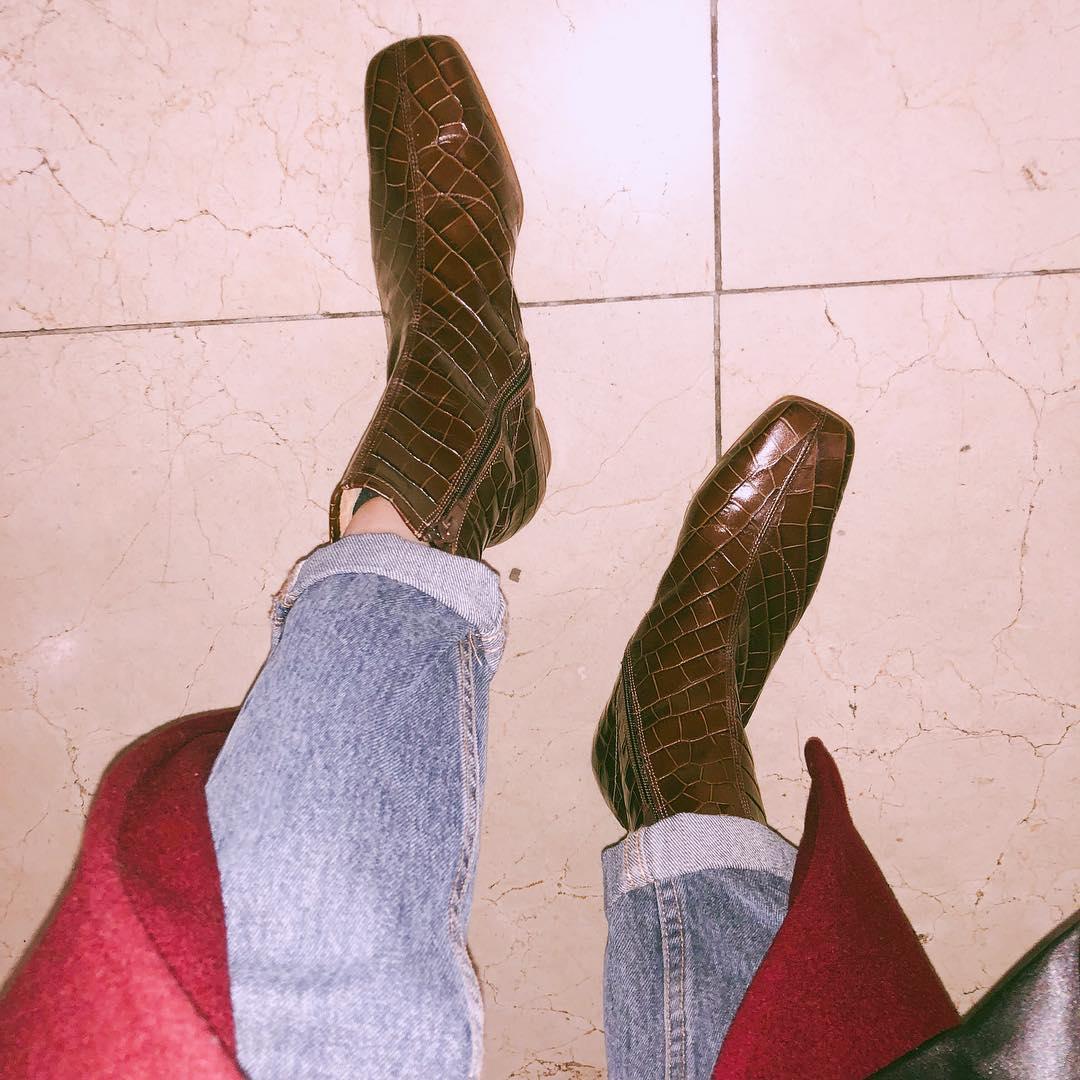 方頭靴款搭配不同的紋路則會有不同的風個產生,像是這種玲格紋設計則會顯得比較有女人味,要是你喜歡高時尚,也駕馭得起,動物紋的短靴也是不錯的選擇喔!