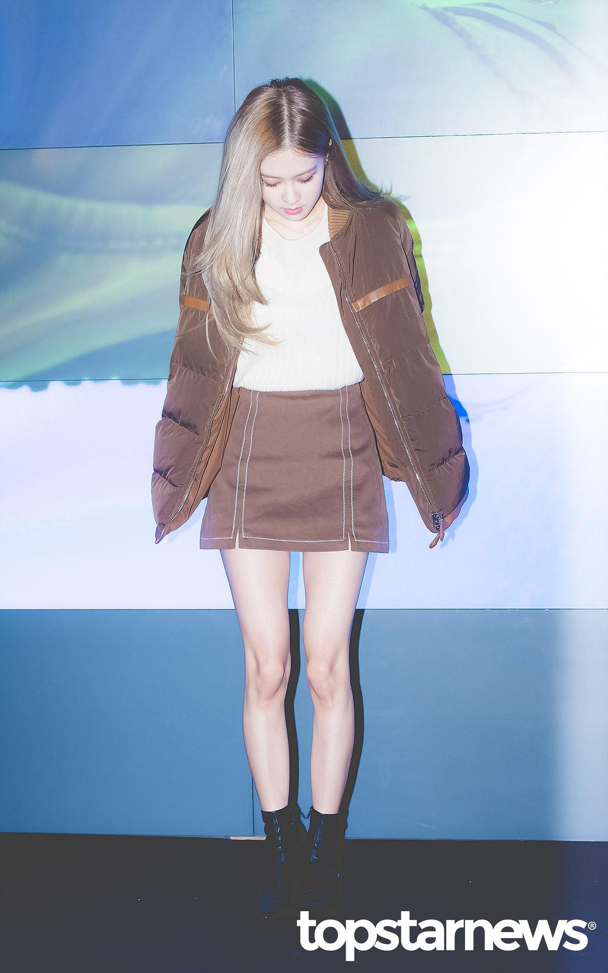 首先從短靴開始~Rosé腳上這雙短靴是以皮革為主,長度大約在腳踝上方兩三公分左右,是近年韓國非常流行的款式,不過因為剛好遮住了腳踝,所以會建議給本身腳踝就比較粗的女孩,相對地穿起來就會比較顯瘦。